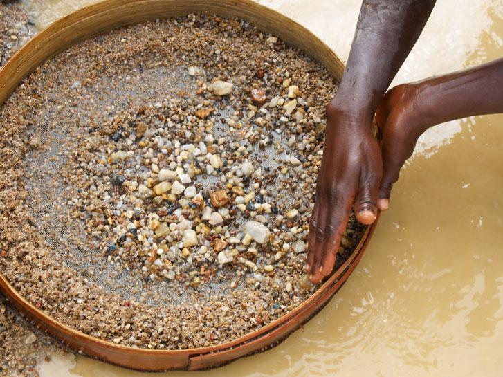 Těžba diamantů z náplavů řek a plážových usazenin